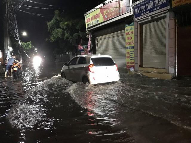 Hà Nội: Hàng trăm xe chết máy sau trận mưa lớn - Ảnh 21.