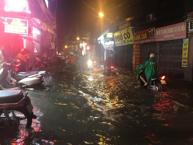 Hà Nội: Hàng trăm xe chết máy sau trận mưa lớn - Ảnh 3.