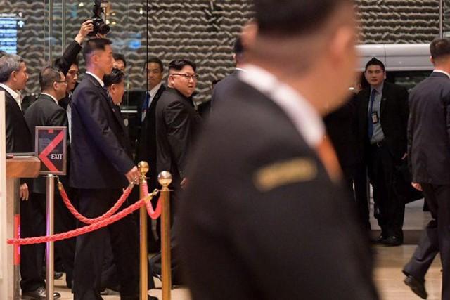 [NÓNG]: Ông Kim Jong-un bất ngờ xuống phố vãn cảnh đêm Singapore sau một ngày im lặng - Ảnh 5.