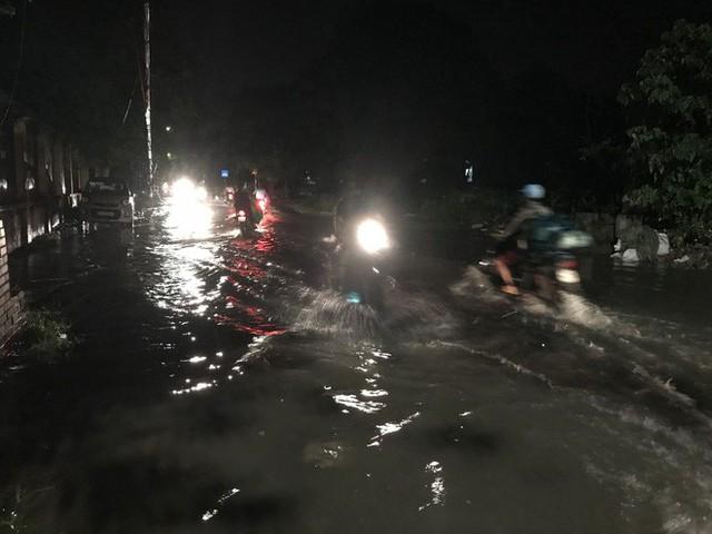 Hà Nội: Hàng trăm xe chết máy sau trận mưa lớn - Ảnh 22.