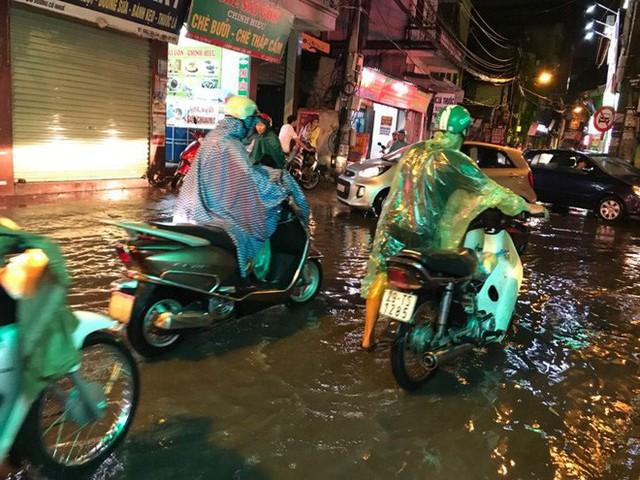 Hà Nội: Hàng trăm xe chết máy sau trận mưa lớn - Ảnh 4.