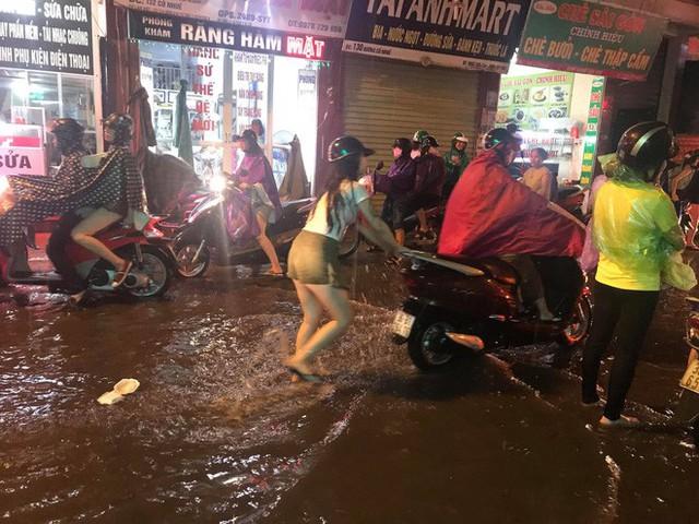 Hà Nội: Hàng trăm xe chết máy sau trận mưa lớn - Ảnh 5.