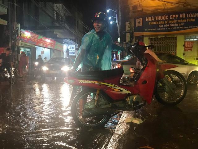 Hà Nội: Hàng trăm xe chết máy sau trận mưa lớn - Ảnh 6.