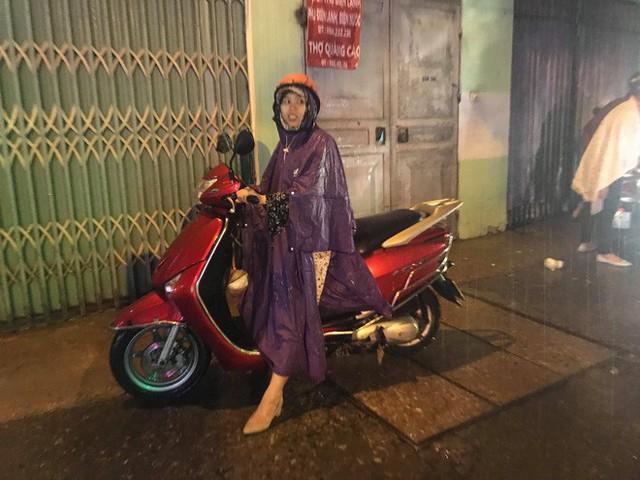 Hà Nội: Hàng trăm xe chết máy sau trận mưa lớn - Ảnh 9.