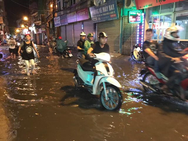 Hà Nội: Hàng trăm xe chết máy sau trận mưa lớn - Ảnh 10.