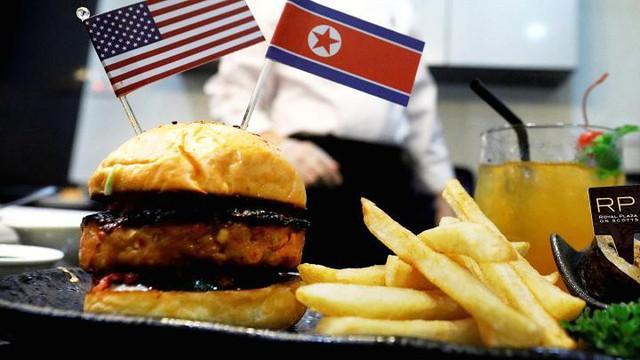 Những cách kiếm tiền độc đáo ăn theo hội nghị Trump - Kim của người Singapore - Ảnh 4.