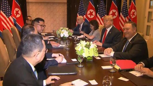 Ông Kim Jong Un và ông Trump vừa có cái bắt tay lịch sử, bắt đầu cuộc đàm phán một - một - Ảnh 1.