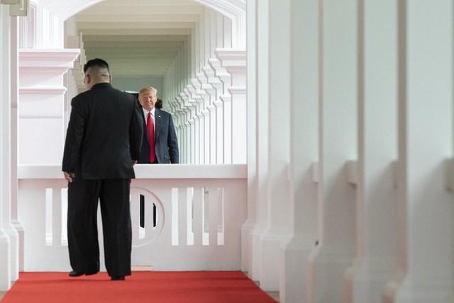 Chùm ảnh: Sự tương tác thú vị giữa Tổng thống Trump và lãnh đạo Triều Tiên Kim Jong-un - Ảnh 2.