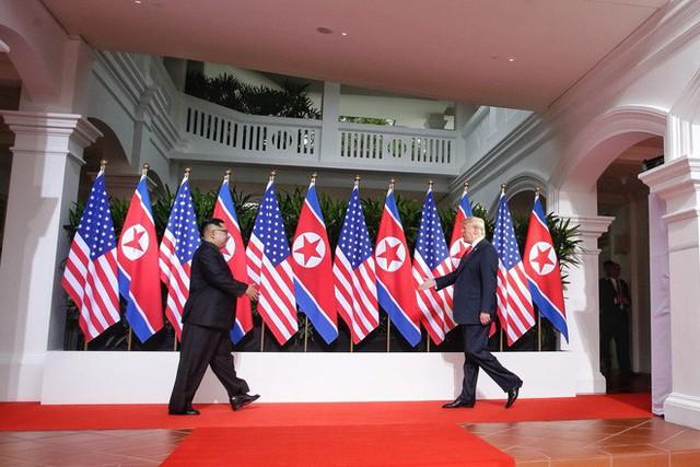 Chùm ảnh: Sự tương tác thú vị giữa Tổng thống Trump và lãnh đạo Triều Tiên Kim Jong-un - Ảnh 3.
