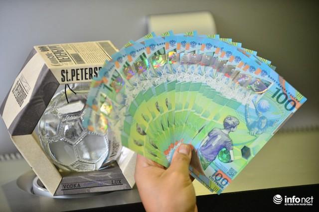 Những hình ảnh lạ trên tờ tiền 100 Ruble Nga khiến giới hâm mộ bóng đá săn lùng - Ảnh 1.