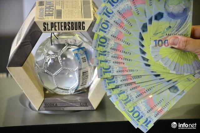 Những hình ảnh lạ trên tờ tiền 100 Ruble Nga khiến giới hâm mộ bóng đá săn lùng - Ảnh 2.