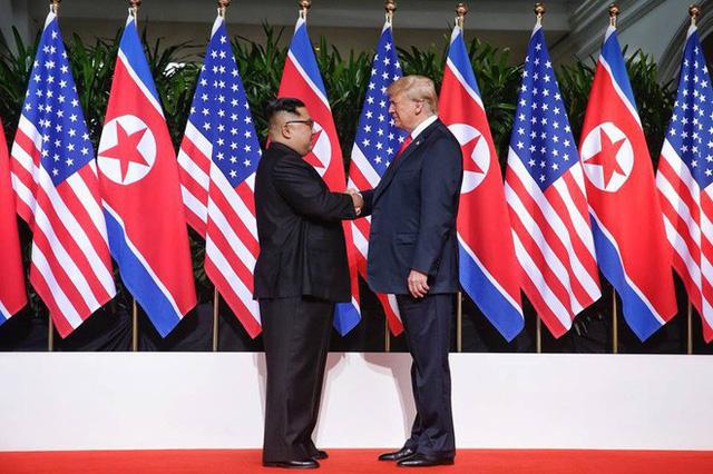 Chùm ảnh: Sự tương tác thú vị giữa Tổng thống Trump và lãnh đạo Triều Tiên Kim Jong-un - Ảnh 4.