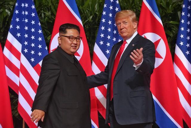 Chùm ảnh: Sự tương tác thú vị giữa Tổng thống Trump và lãnh đạo Triều Tiên Kim Jong-un - Ảnh 6.