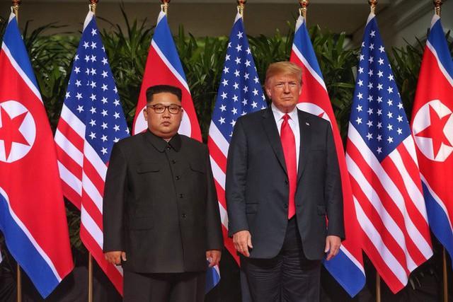 Chùm ảnh: Sự tương tác thú vị giữa Tổng thống Trump và lãnh đạo Triều Tiên Kim Jong-un - Ảnh 7.