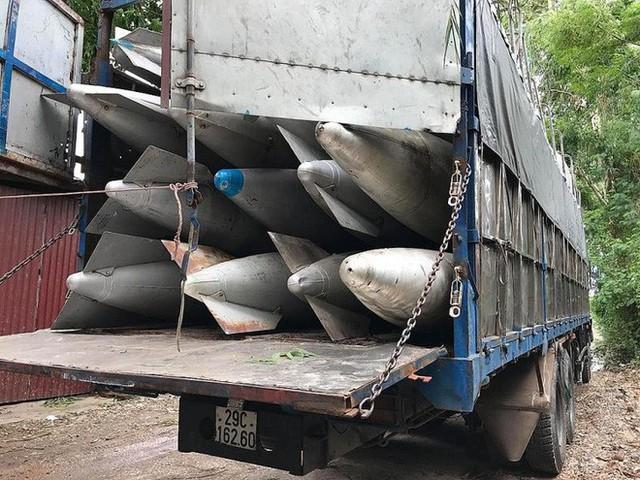 Công an Bắc Ninh giữ 2 xe tải chở hàng chục bình nhiên liệu nghi của máy bay - Ảnh 1.