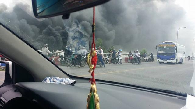 Cháy lớn tại nhà xưởng, cột khói đen bốc cao hàng trăm mét - Ảnh 2.