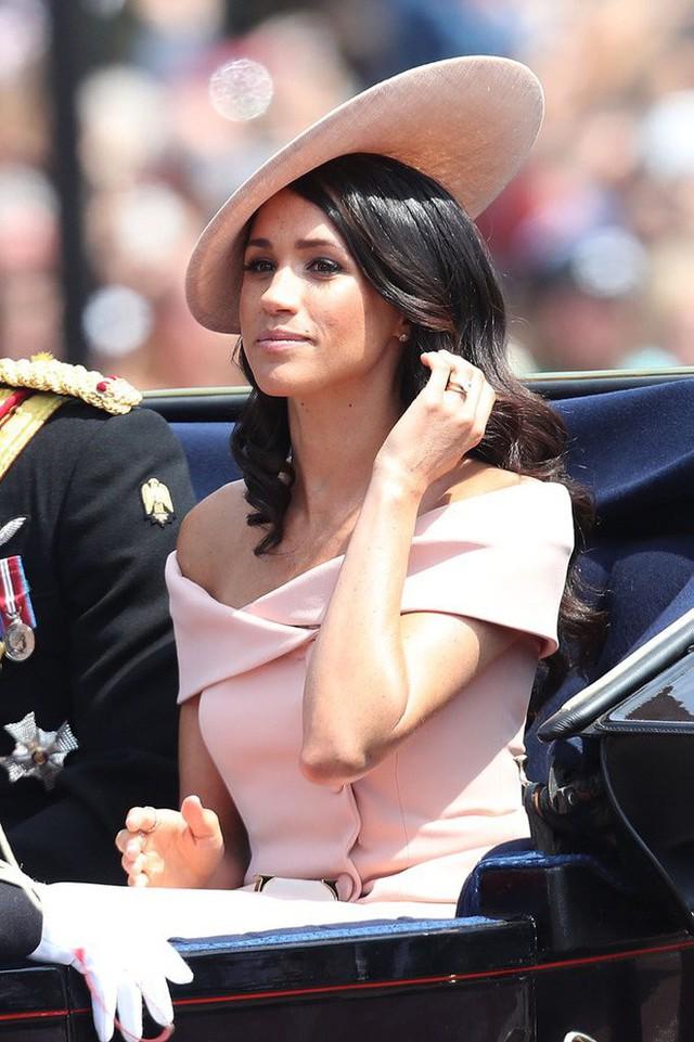 Nhiều đồn đoán cho rằng bộ đồ phá vỡ quy tắc của Meghan Markle được lấy cảm hứng từ trang phục của Công nương Diana - Ảnh 2.
