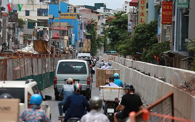 Cầu vượt hạ đê Nghi Tàm vẫn ngổn ngang sau hơn 7 tháng thi công - Ảnh 13.