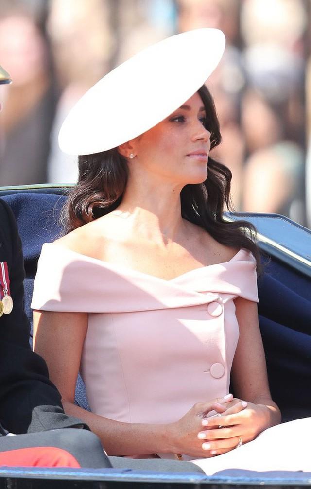 Nhiều đồn đoán cho rằng bộ đồ phá vỡ quy tắc của Meghan Markle được lấy cảm hứng từ trang phục của Công nương Diana - Ảnh 3.