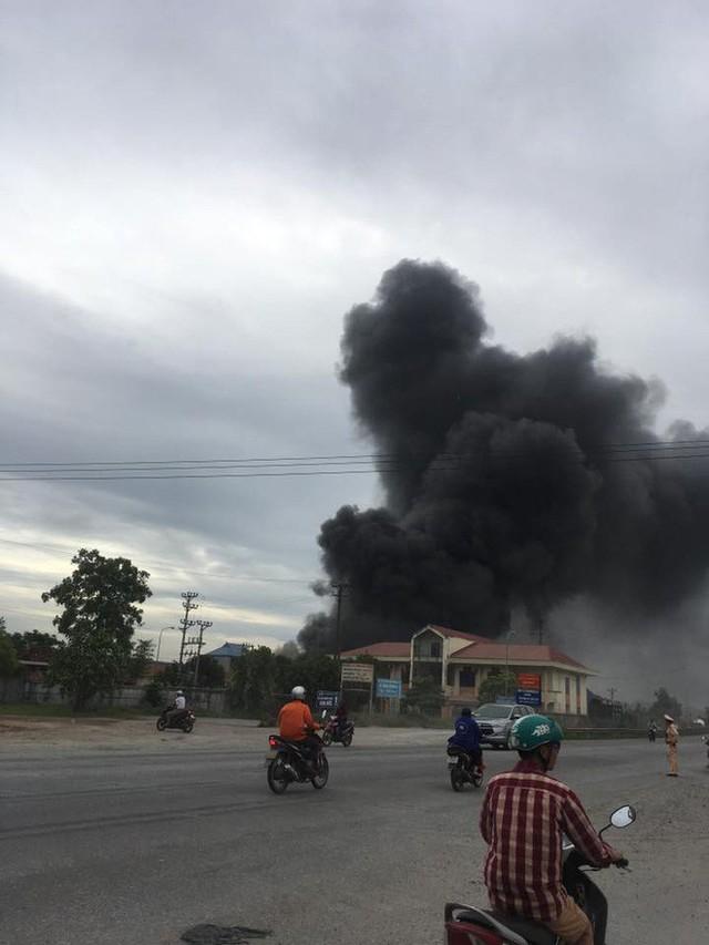 Cháy lớn tại nhà xưởng, cột khói đen bốc cao hàng trăm mét - Ảnh 5.