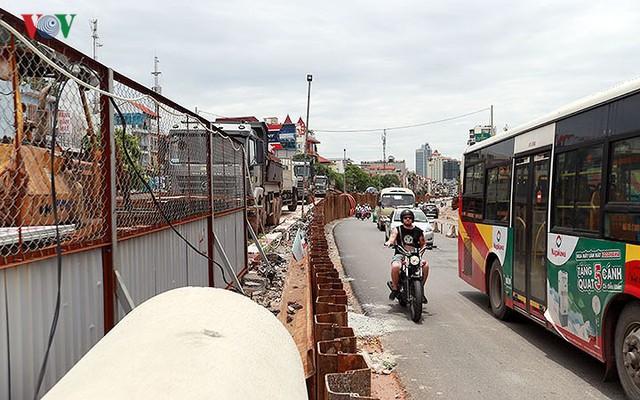 Cầu vượt hạ đê Nghi Tàm vẫn ngổn ngang sau hơn 7 tháng thi công - Ảnh 5.