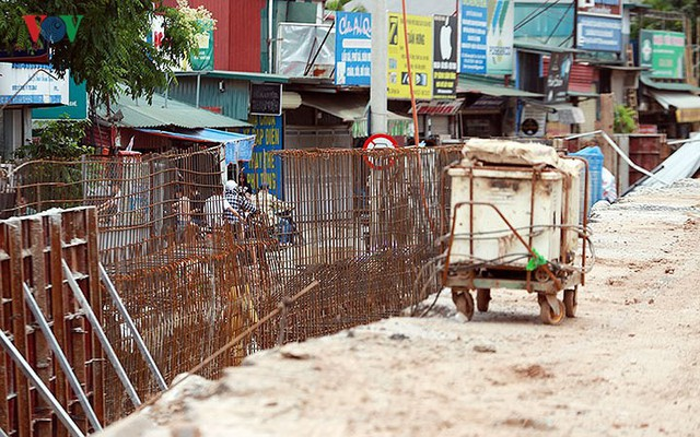 Cầu vượt hạ đê Nghi Tàm vẫn ngổn ngang sau hơn 7 tháng thi công - Ảnh 6.