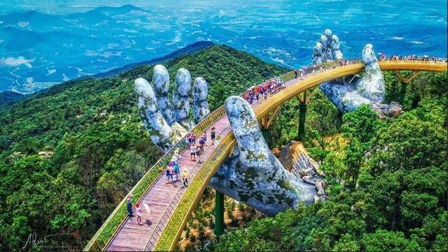 Ngắm tiên cảnh từ cây cầu vàng được nâng đỡ bởi đôi bàn tay khổng lồ siêu ấn tượng ở Đà Nẵng - Ảnh 1.