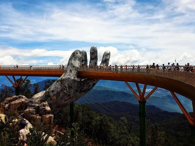 Ngắm tiên cảnh từ cây cầu vàng được nâng đỡ bởi đôi bàn tay khổng lồ siêu ấn tượng ở Đà Nẵng - Ảnh 3.