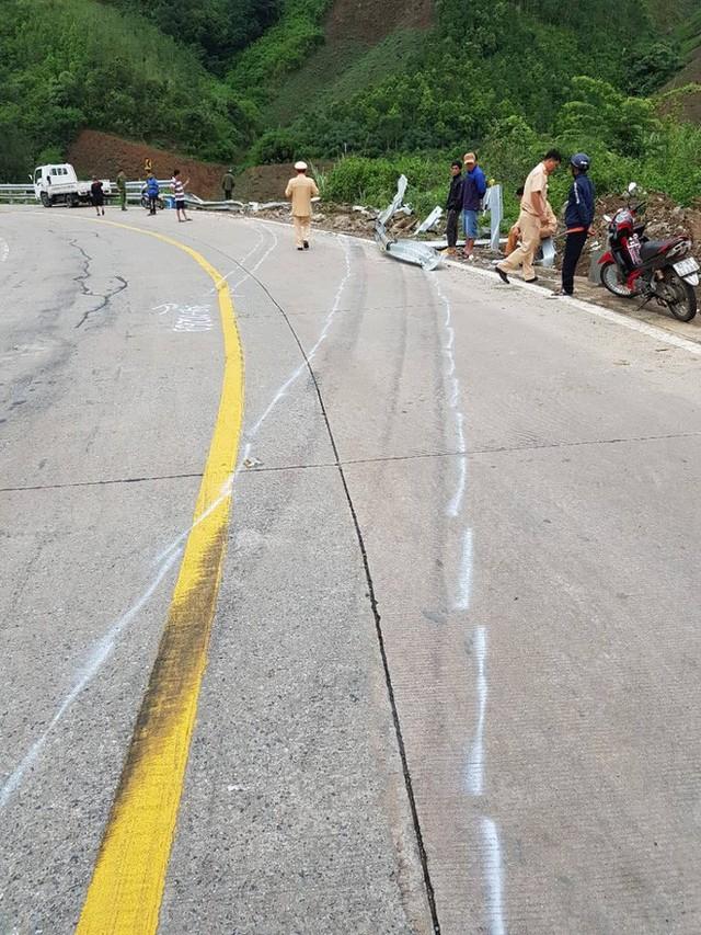 Hiện trường chiếc xe lao xuống vực ở đèo Lò Xo khiến 3 người tử vong - Ảnh 2.