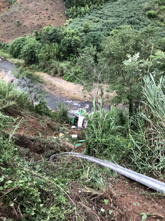 Hiện trường chiếc xe lao xuống vực ở đèo Lò Xo khiến 3 người tử vong - Ảnh 4.