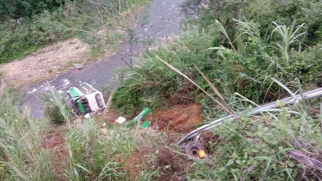 Hiện trường chiếc xe lao xuống vực ở đèo Lò Xo khiến 3 người tử vong - Ảnh 5.