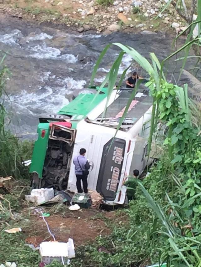 Hiện trường chiếc xe lao xuống vực ở đèo Lò Xo khiến 3 người tử vong - Ảnh 6.