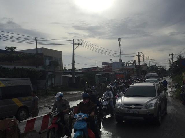Gần 10 người hoảng loạn kêu cứu trong xe khách bị lật ở Sài Gòn - Ảnh 2.