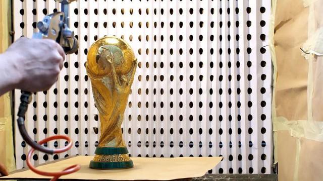 Đột nhập xưởng sản xuất Cúp vàng World Cup giá 456 tỷ đồng: Ánh hào quang giữa khói bụi - Ảnh 5.