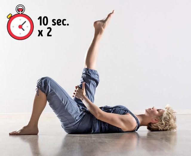 Bài tập đơn giản giúp xua tan chứng đau lưng khó chịu chỉ trong 10 phút - Ảnh 1.