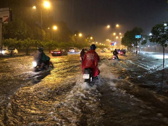 """Sau cơn mưa lớn, nhiều tuyến đường ở Sài Gòn lại thành """"sông"""" - Ảnh 1."""