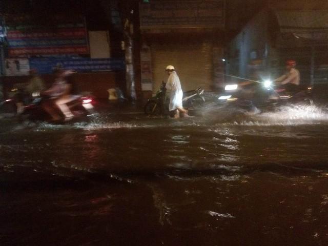 """Sau cơn mưa lớn, nhiều tuyến đường ở Sài Gòn lại thành """"sông"""" - Ảnh 10."""