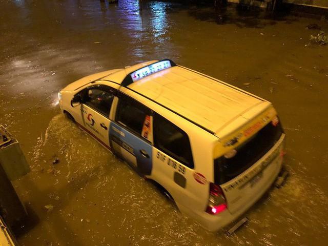 """Sau cơn mưa lớn, nhiều tuyến đường ở Sài Gòn lại thành """"sông"""" - Ảnh 2."""