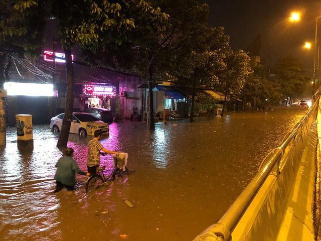 """Sau cơn mưa lớn, nhiều tuyến đường ở Sài Gòn lại thành """"sông"""" - Ảnh 3."""