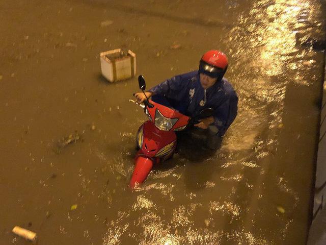 """Sau cơn mưa lớn, nhiều tuyến đường ở Sài Gòn lại thành """"sông"""" - Ảnh 4."""