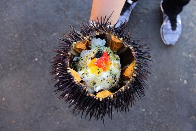 Xem cách người Mỹ hô biến nhum biển đầy gai thành một tô sushi hấp dẫn thế này đây - Ảnh 5.