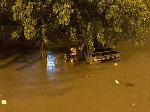 """Sau cơn mưa lớn, nhiều tuyến đường ở Sài Gòn lại thành """"sông"""" - Ảnh 5."""