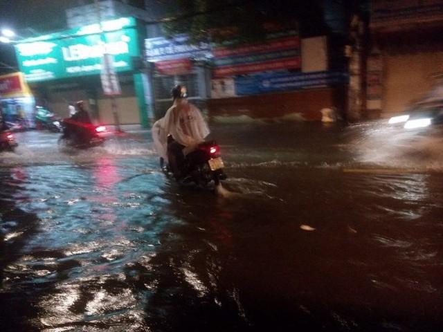 """Sau cơn mưa lớn, nhiều tuyến đường ở Sài Gòn lại thành """"sông"""" - Ảnh 6."""