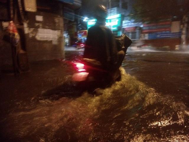 """Sau cơn mưa lớn, nhiều tuyến đường ở Sài Gòn lại thành """"sông"""" - Ảnh 7."""