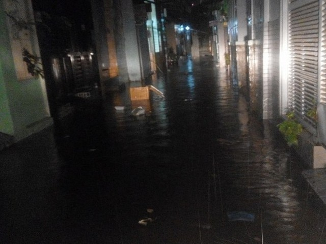"""Sau cơn mưa lớn, nhiều tuyến đường ở Sài Gòn lại thành """"sông"""" - Ảnh 8."""