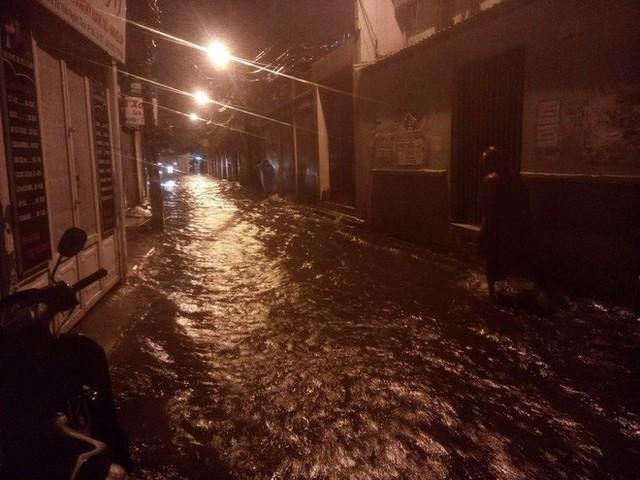 """Sau cơn mưa lớn, nhiều tuyến đường ở Sài Gòn lại thành """"sông"""" - Ảnh 9."""