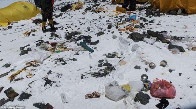 Những hình ảnh gây shock: Đỉnh Everest danh giá giờ đã trở thành bãi rác cao nhất thế giới - Ảnh 2.