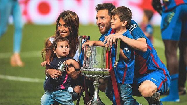 Lionel Messi - chàng cầu thủ biết yêu từ năm... 9 tuổi nhưng từ đó đến nay đã 22 năm chỉ chung thủy với duy nhất một người - Ảnh 11.