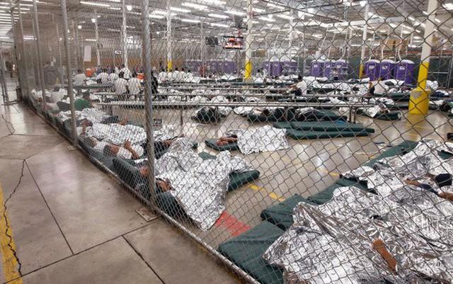 Tổng thống Trump bị chỉ trích vì xây trại tị nạn cho trẻ nhập cư: Trẻ con không thuộc về nhà tù - Ảnh 1.