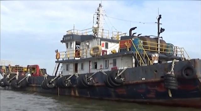 Phát hiện tàu vận chuyển hàng trăm ngàn lít xăng dầu lậu - Ảnh 3.